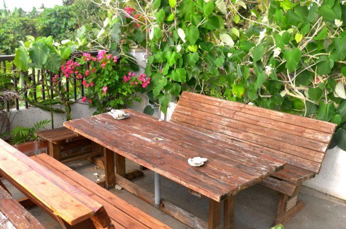 テラスのテーブルとベンチ
