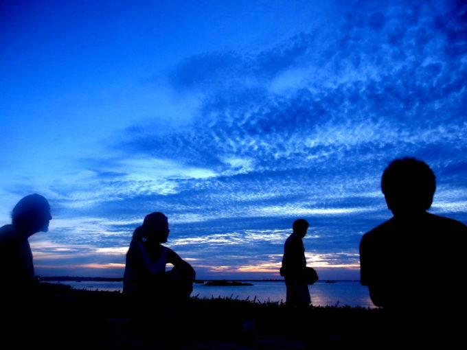 沖縄離島のドラマチックな夕暮れ風景