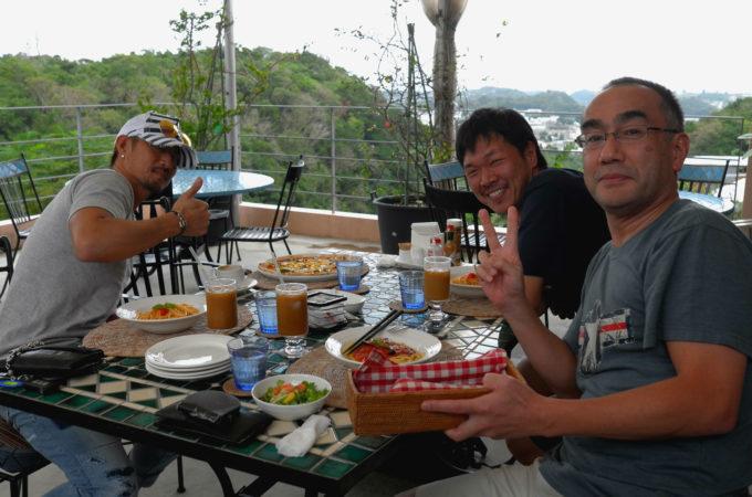 ゲスト同士集まってレストランで食事