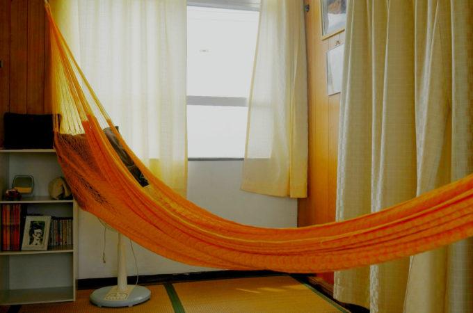 個室の寝具はハンモック
