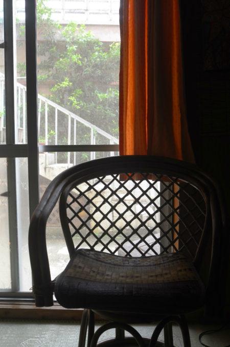 居間に置かれている籐の椅子