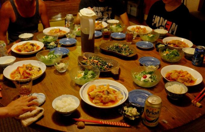 宿の夕食風景