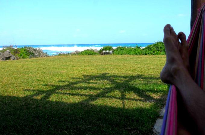 ハンモックに寝転んで海を眺めている