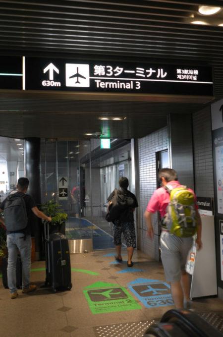 成田第3ターミナルへ移動する旅人