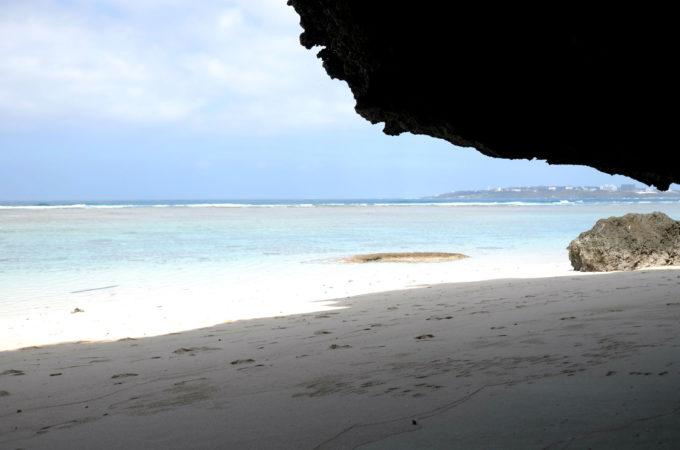 瀬底ビーチの大きな洞窟