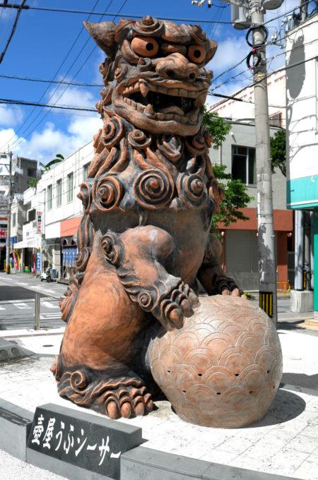 壺屋のシーサーの像