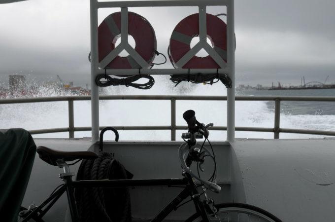 船に積み込まれた自転車