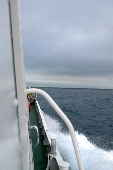 波しぶきを上げる船