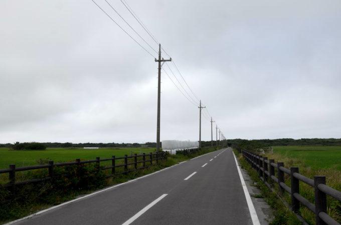 両脇に牧場が広がる道路