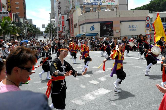 国際通りの伝統舞踊イベント