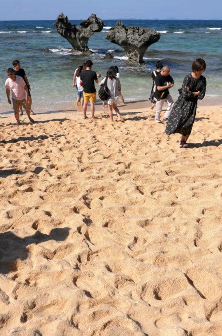 ティーヌ浜の「ハートロック」と観光客