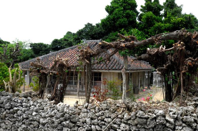 黒島の赤瓦の民家