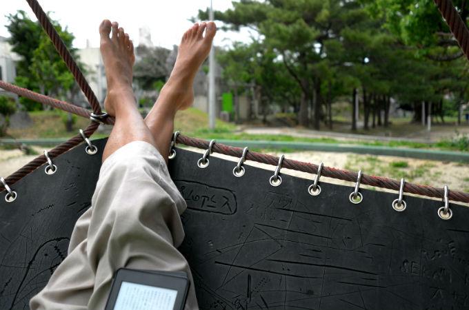 那覇の公園の遊具で靴を脱いでくつろぐボランちゅ