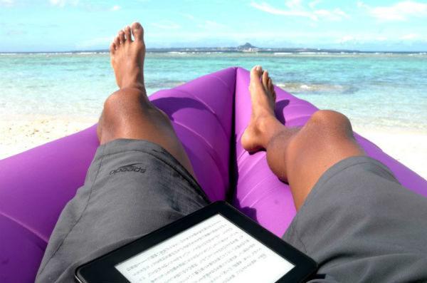 瀬底ビーチで読書するボランちゅ