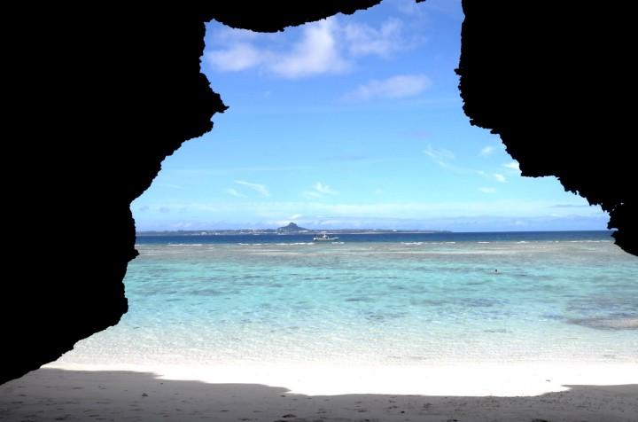 瀬底ビーチから伊江島を臨む
