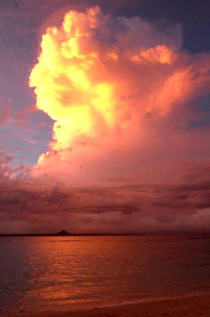 オレンジに染まった瀬底島の夕焼け雲