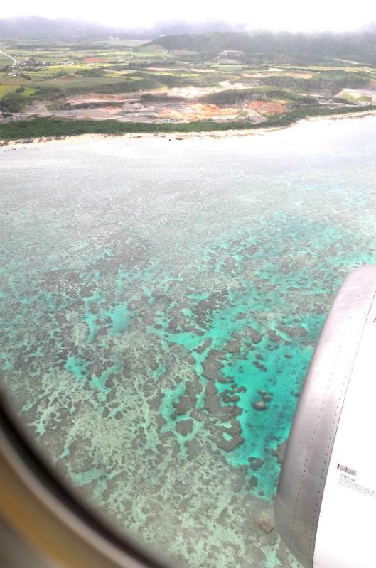 飛行機の窓から見た宮古島の海