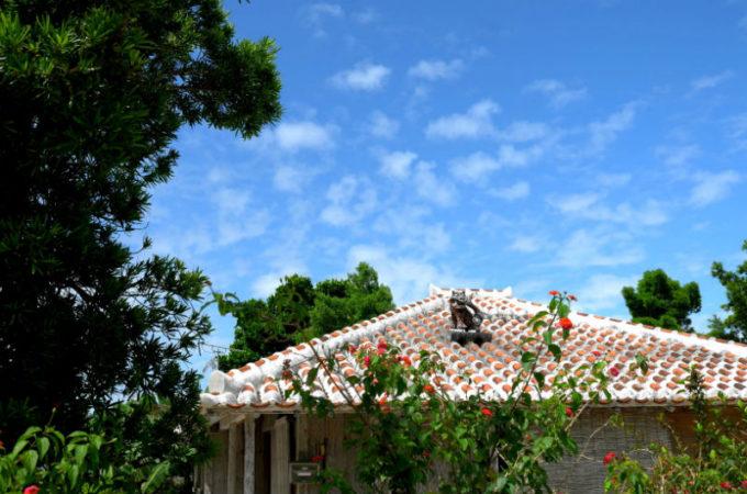 昔ながらの赤瓦民家がある竹富島の風景