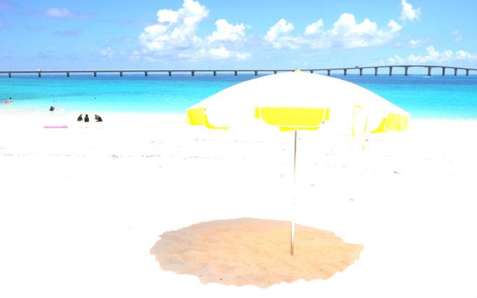 真っ白な砂浜の前浜ビーチ