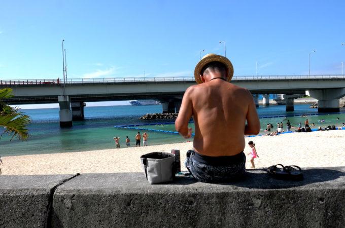 那覇/波の上ビーチで本を読んでいる人