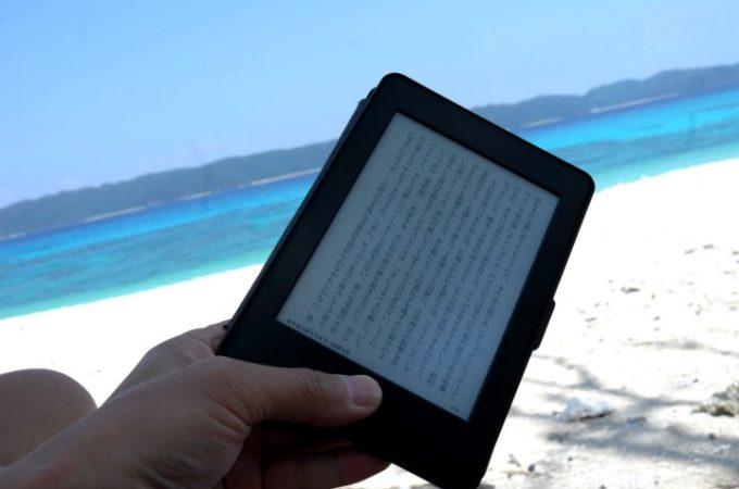ビーチでキンドルを使って読書