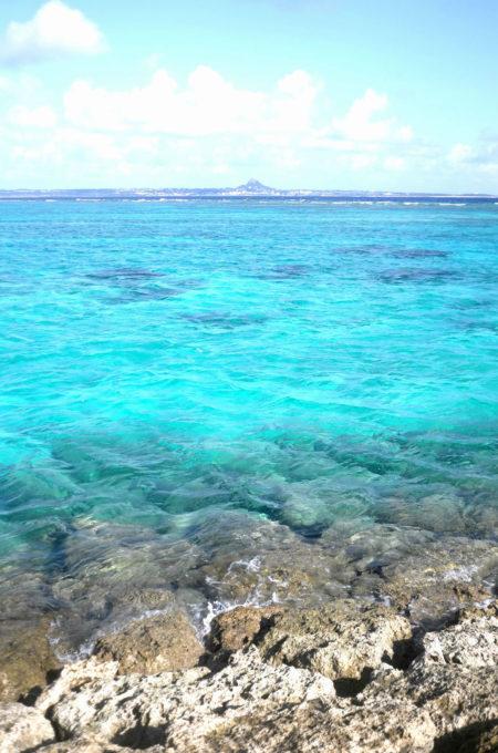 鮮やかなブルーの水納島の海