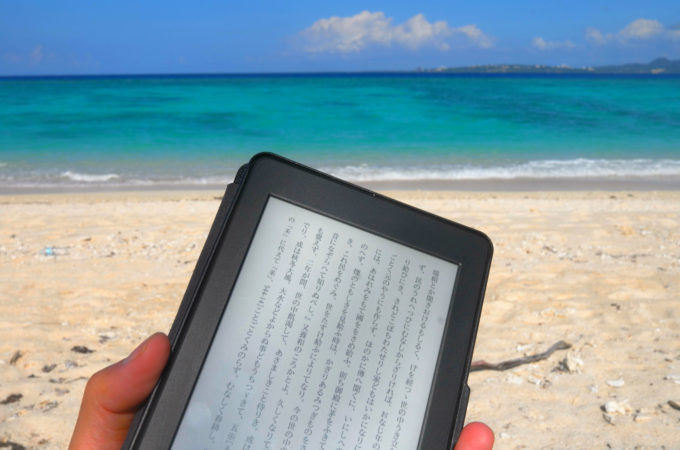 ビーチでキンドルで読書