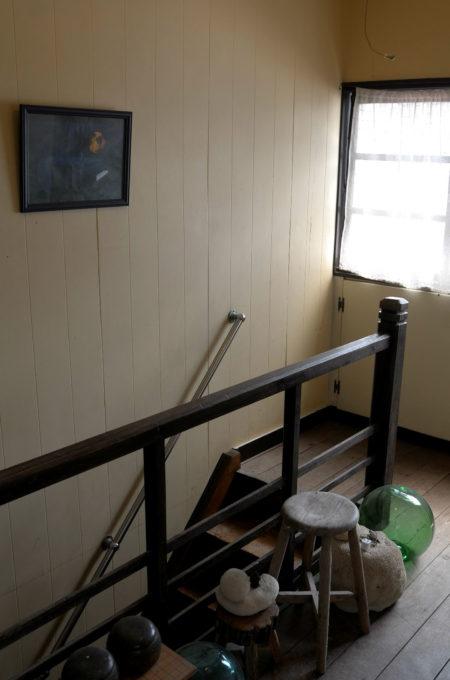 廊下には碁盤やガラスの浮きが置いてあります