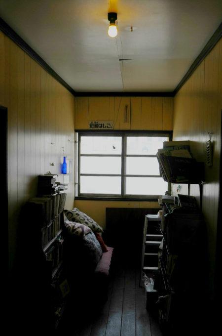 本棚やオブジェが置いてある廊下