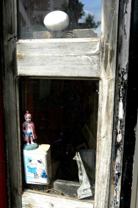 玄関に置かれたブリキのおもちゃ