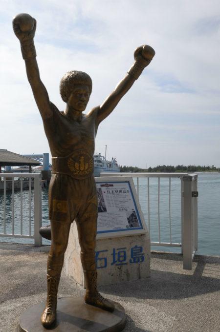 離島ターミナルの具志堅用高の銅像