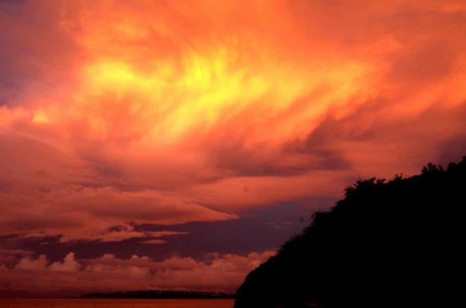 オレンジに染まった瀬底島の夕焼け