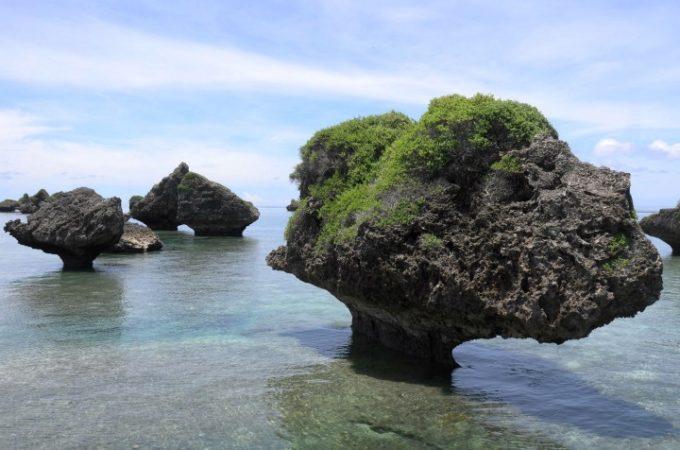 大神島の「ノッチ」と呼ばれるキノコのような形の岩