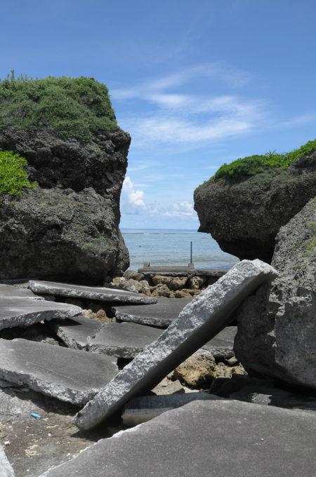台風で破壊された臨海の遊歩道