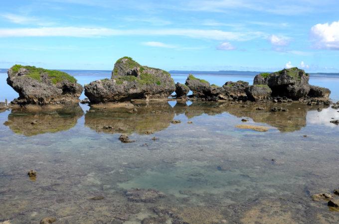 大神島の浜の岩
