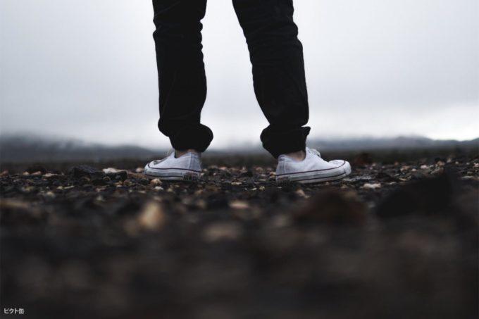 スニーカーを履いている脚のアップ