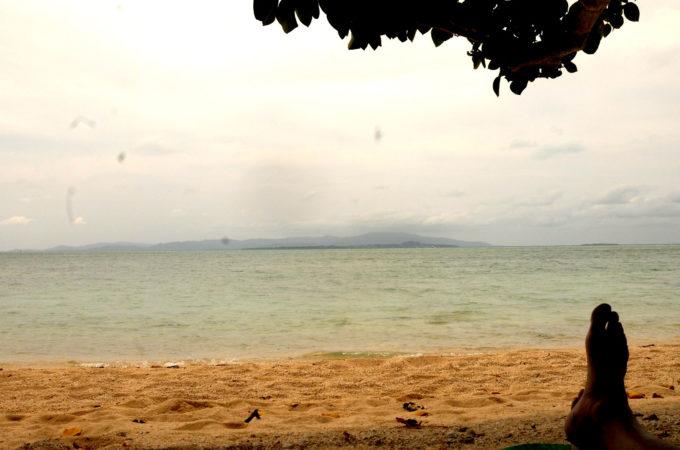 コンドイビーチから見る、濃い島影の小浜島。その向こうは西表島