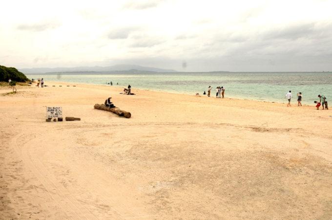 入口近辺の広い砂浜