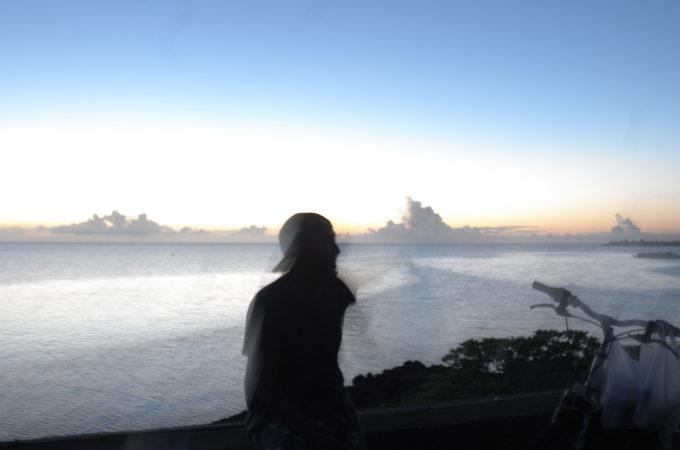 海を見つめる女性のシルエット