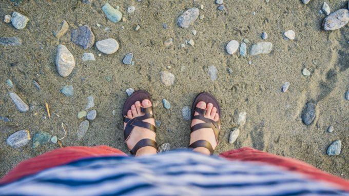 サンダルを履いた女性の足