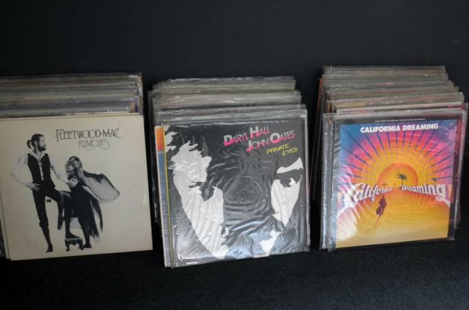 壁に立て掛けられた昔のレコード