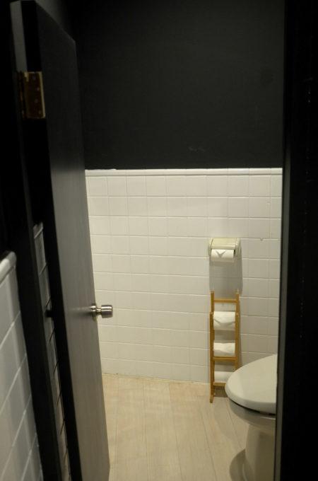 トイレの正面のタイル壁は斜めなんです