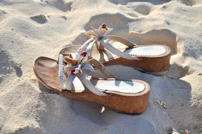 砂浜の女性用サンダル