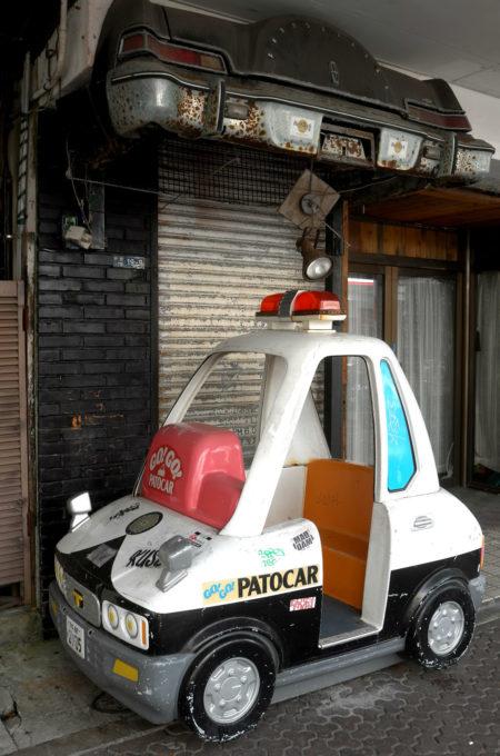店舗の前にあるパトカー乗り物玩具
