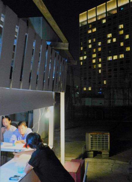那覇のゲストハウス「リトルアジア」の屋上バー