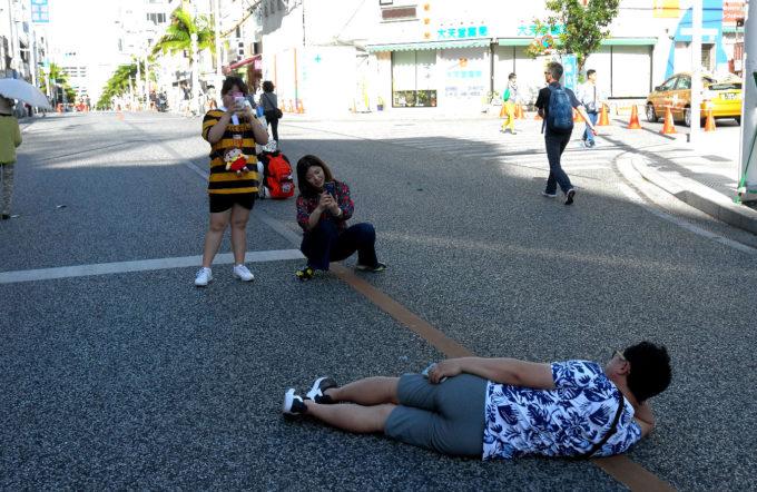 国際通りではしゃぐ外国人観光客