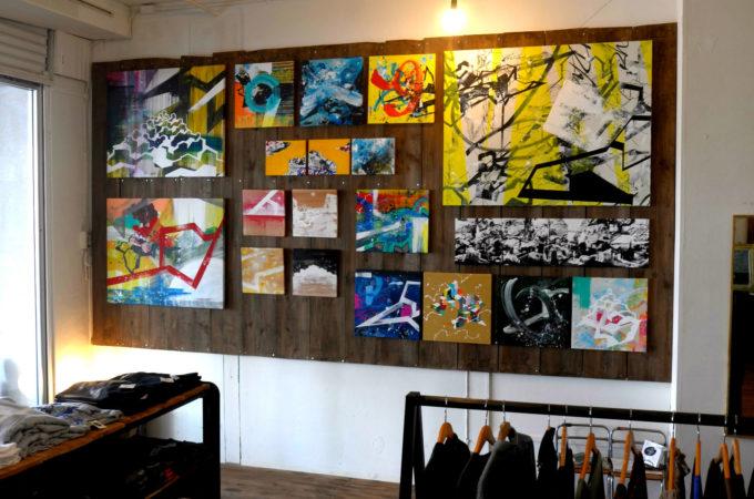ブティック内の絵画展示