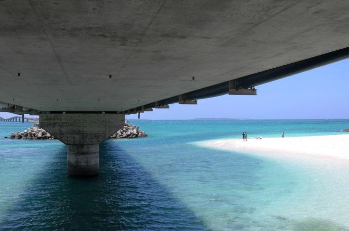 伊良部大橋下の砂浜