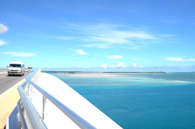伊良部大橋から海を眺める
