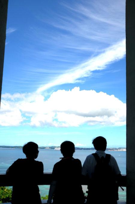 展望台から海を眺める観光客